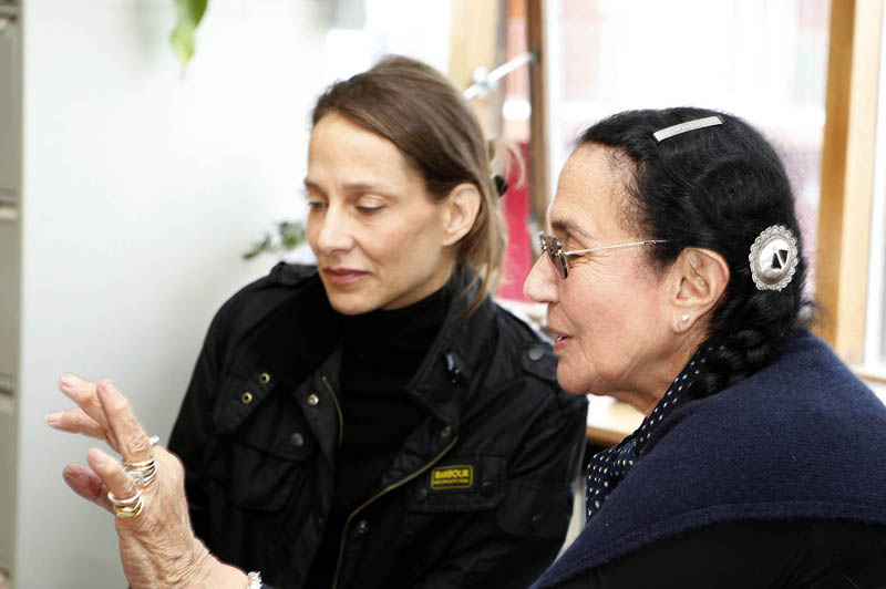 Mary Ellen Mark reviewing work with Students on workshop Iceland 2012 | Photo Xpedions