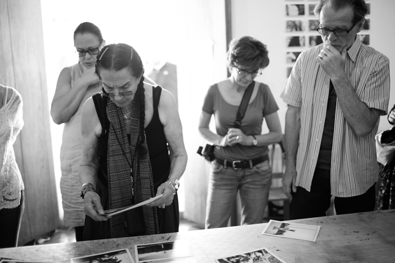 Mary Ellen Mark reviewing work with Students at Oaxaca 2014 | Photo Xpeditions