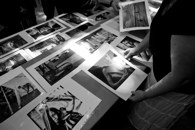 Mary Ellen Mark reviewing work with Students on workshop Oaxaca 2013 | Photo Xpedions